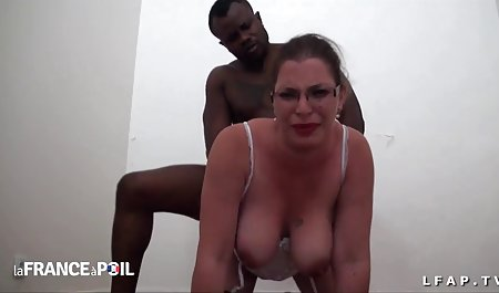 赤裸裸的青少年的肛门惩罚罗格式拇指驱动器